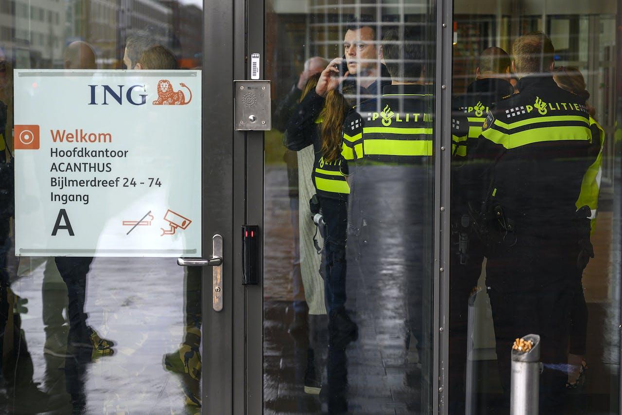 In een hoofdkantoor van ING aan de Bijlmerdreef in Amsterdam-Zuidoost was een bombrief ontploft.