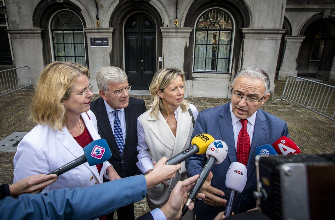 De burgemeester van Den Haag, Pauline Krikke, burgemeester van Utrecht, Jan van Zanen, de locoburgemeester van Amsterdam, Kajsa Ollongren, en burgemeester van Rotterdam, Ahmed Aboutaleb.