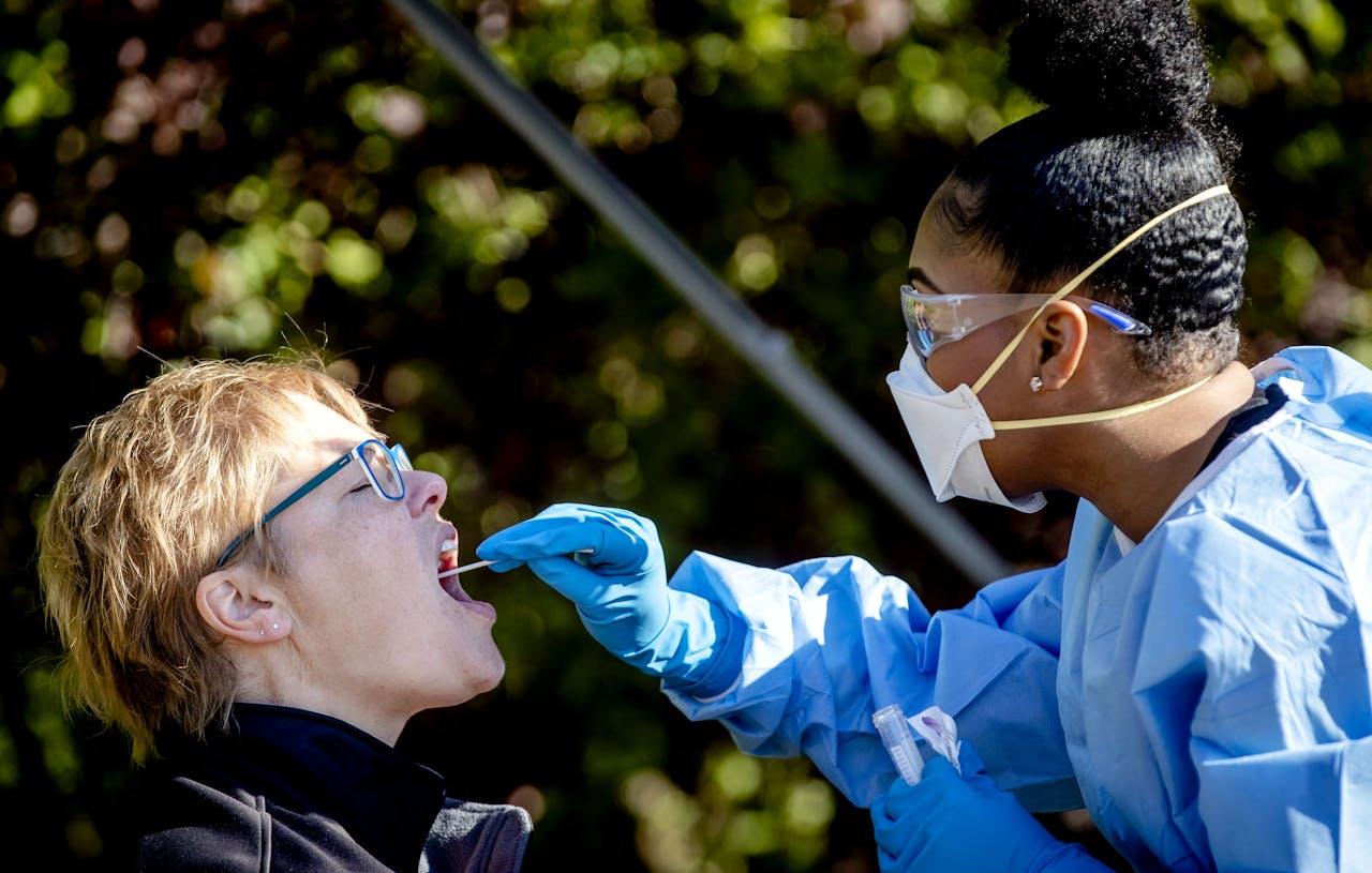 Zorgpersoneel wordt getest op het coronavirus