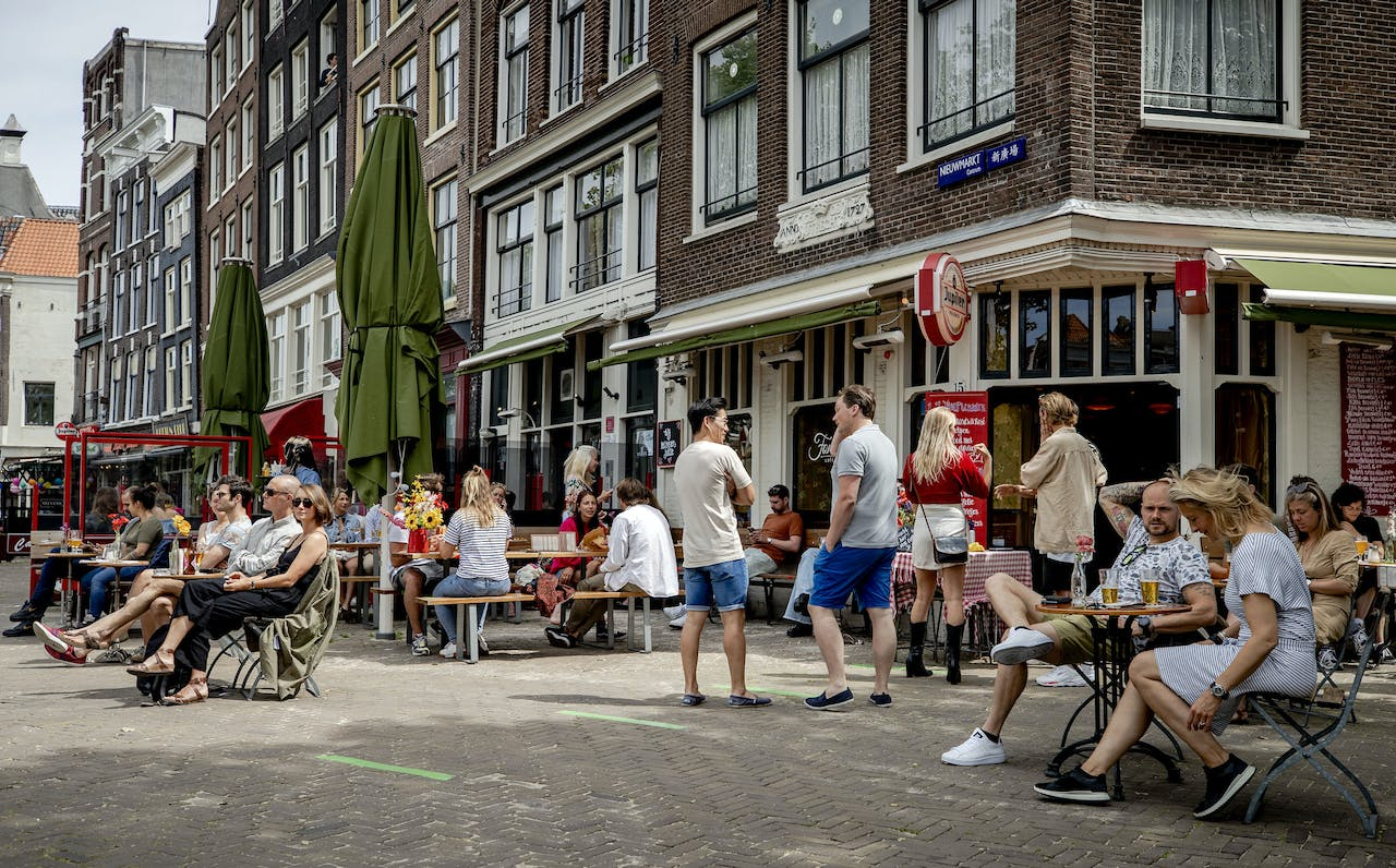 2020-06-01 12:37:43 Guests on a terrace in Amsterdam, The Netherlands, 01 June 2020. Measures to combat the spread of the coronavirus have been relaxed, which include the gathering of groups, catering, education and cultural institutions. ANP SEM VAN DER WAL