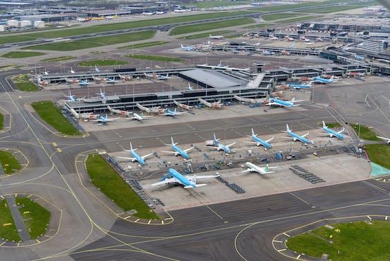 Veel vliegtuigen staan geparkeerd op Schiphol