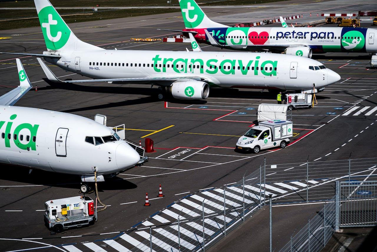 Vliegtuigen van Transavia staan aan de grond bij Eindhoven Airport.