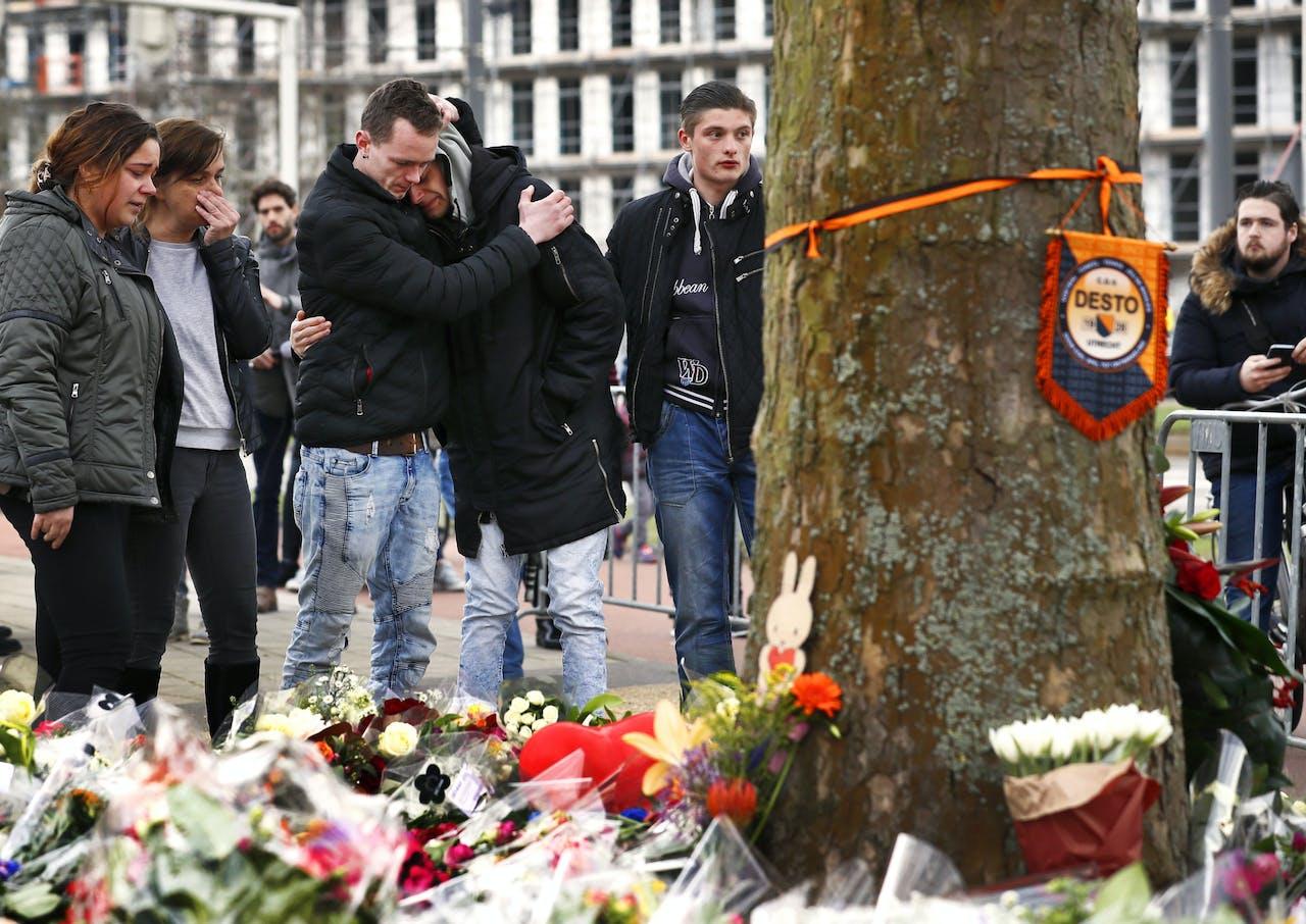 BIj de plek van de aanslag in Utrecht zoeken mensen troost bij elkaar en liggen veel bloemen.