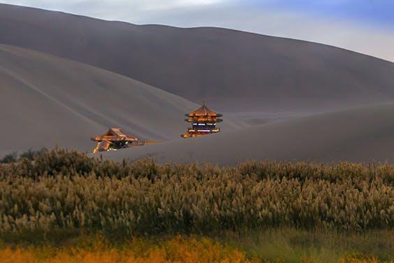 De omgeving van Crescent Lake in Dunhuang in de Chinese provincie Gansu in China.