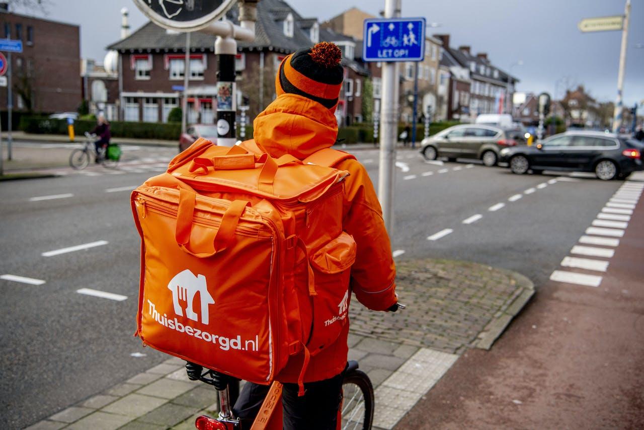UTRECHT - Een maaltijdbezorger van Thuisbezorgd op pad op zijn fiets. Het bedrijf, onderdeel van Just Eat Takeaway.com, bezorgd maaltijden van restaurants bij de klanten thuis. ANP ROBIN UTRECHT