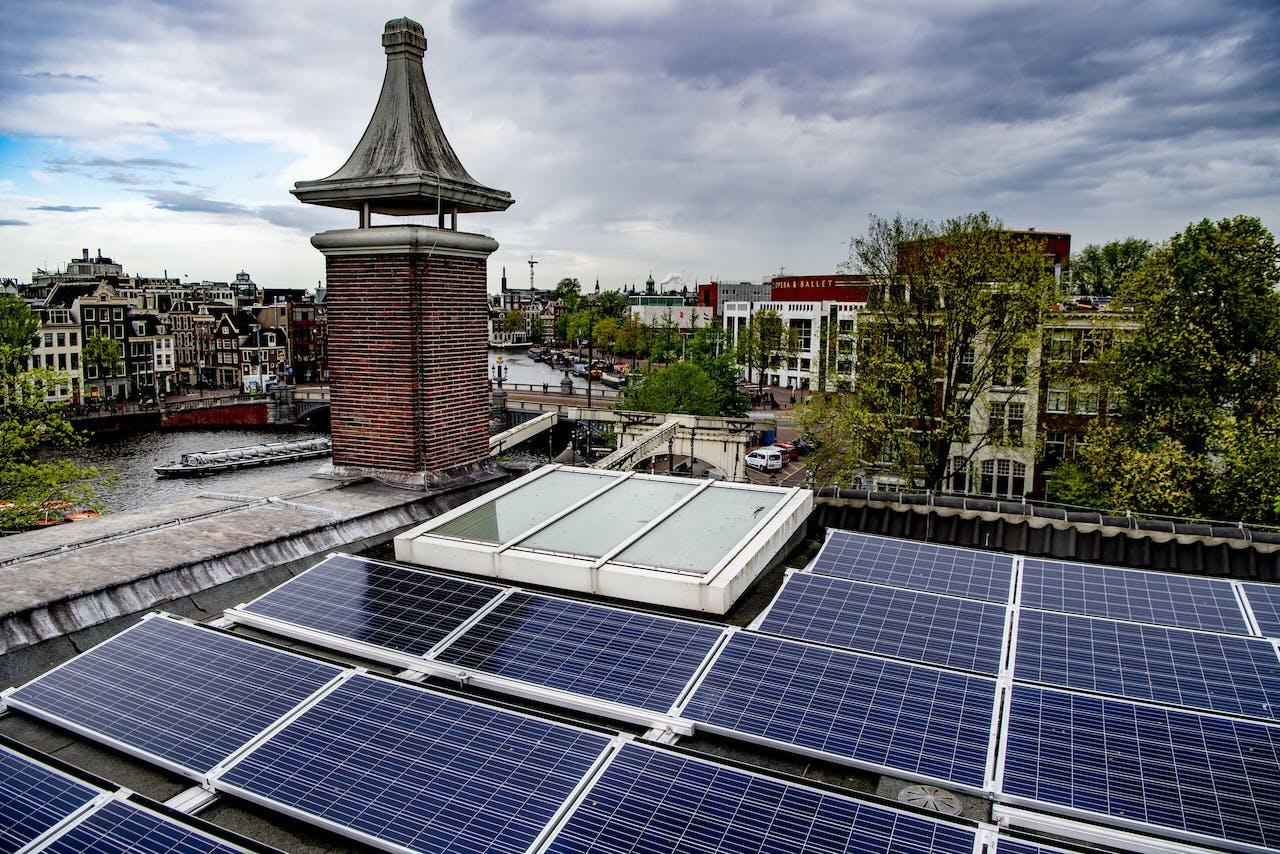 Zonnepanelen op het dak van de Hermitage