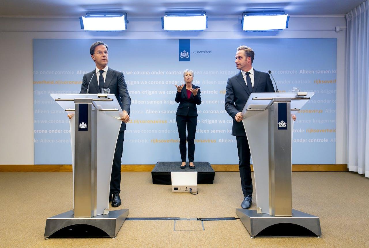 Premier Mark Rutte (L) en minister Hugo de Jonge (Volksgezondheid, Welzijn en Sport) tijdens een persconferentie over de huidige stand van zaken omtrent het coronavirus in Nederland.