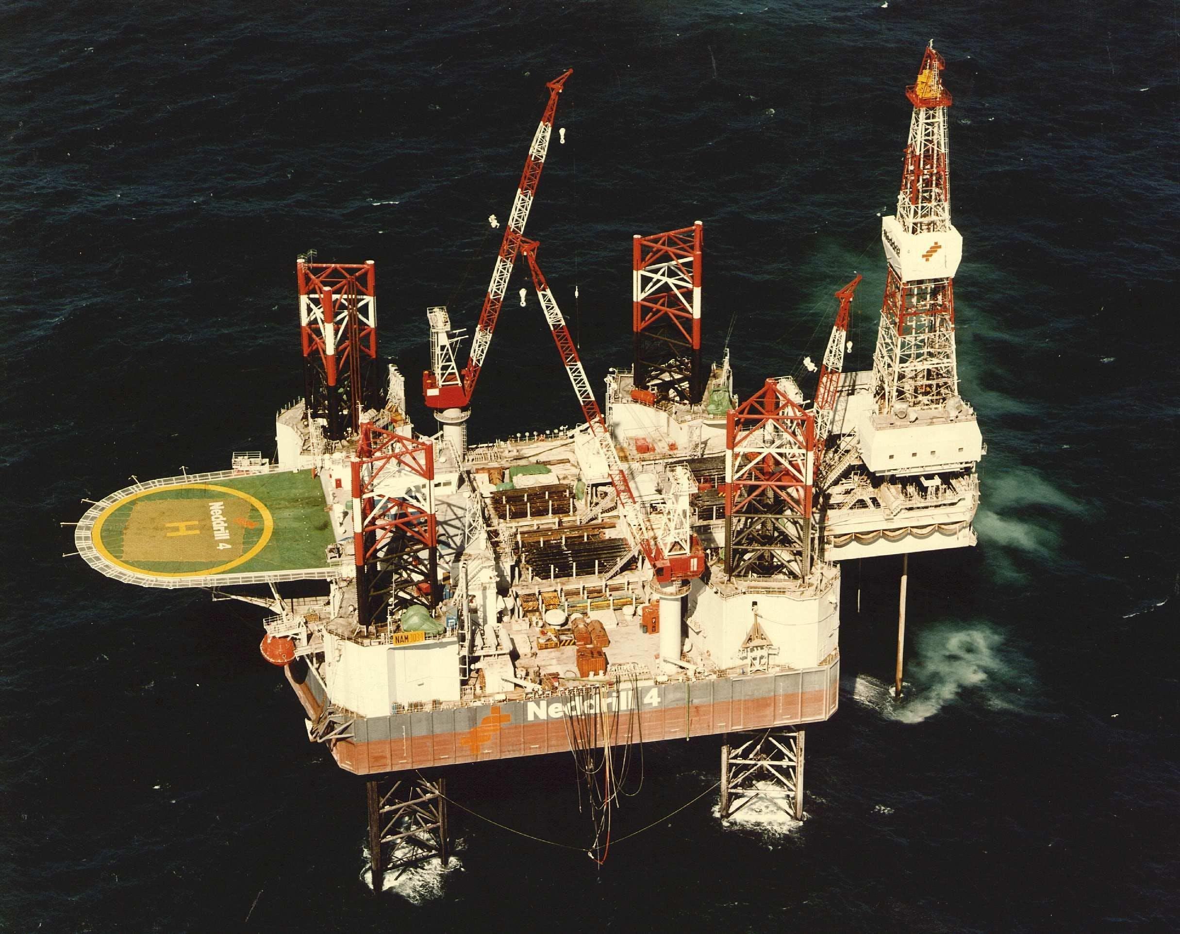 Booreiland Neddrill 4 in de Noordzee toen deze nog in gebruik was.