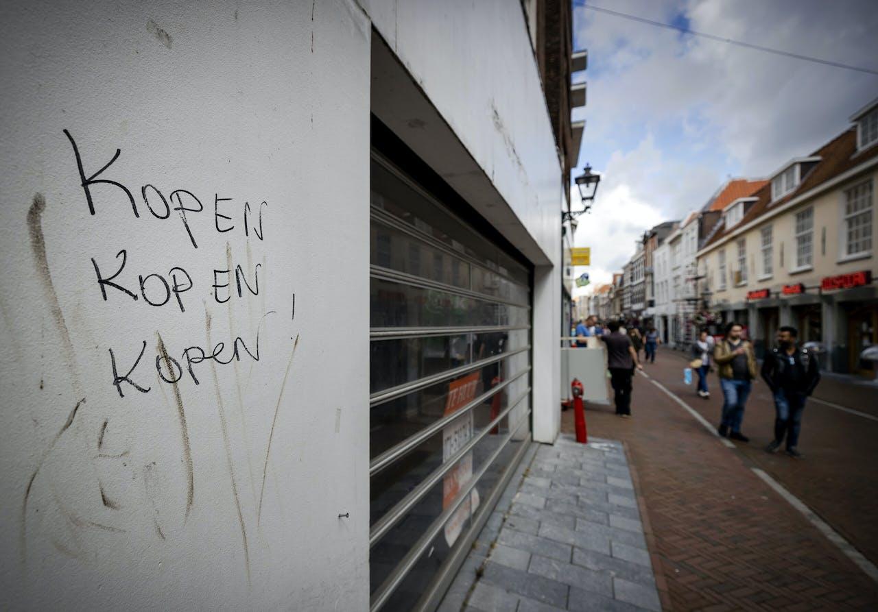 Leegstaande winkelpanden in de Haarlemmerstraat.