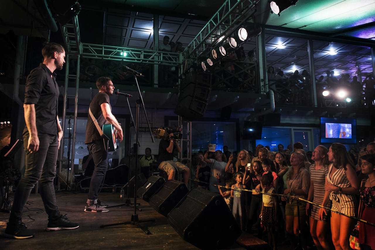 PARAMARIBO - Nick en Simon geven een concert in cafe 't Vat in Paramaribo. Het Volendamse zangduo brengt een bezoek aan Suriname voor opnames van hun televisie programma 'Nick en Simon, The Dream', een muzikale roadtrip. ANP KIPPA PIETER VAN MAELE