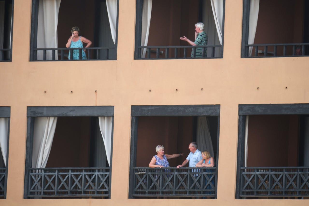 Toeristen moeten op hun kamer blijven
