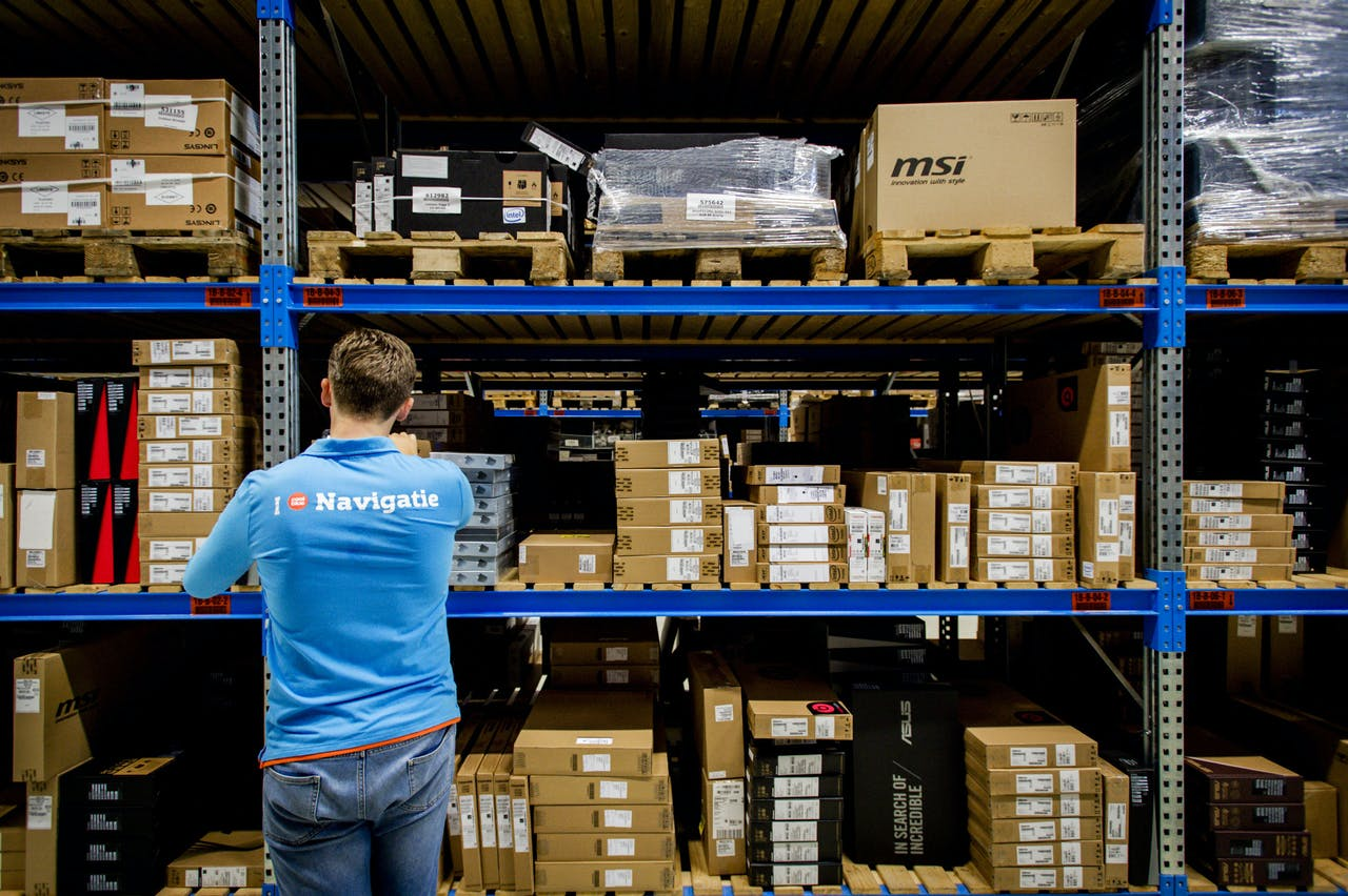 2015-07-24 16:26:27 CAPELLE AAN DE IJSSEL - Een medewerker van Coolblue verwerkt pakketjes in het magazijn van de online retailer. ANP XTRA ROBIN VAN LONKHUIJSEN