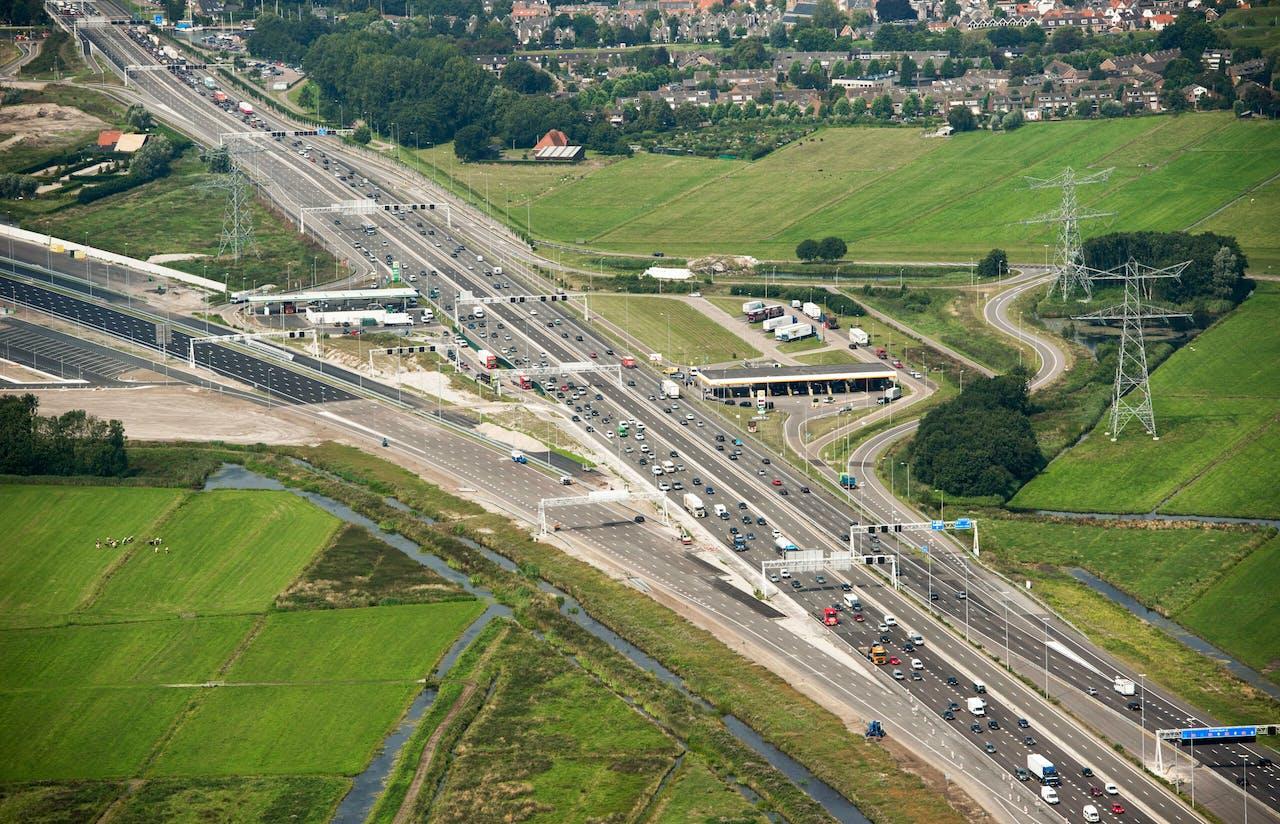 Muiderberg - Traject A1. Na knooppunt Muiderberg richting Diemen. Splitsing naar rechts oude A-1 naar links nieuwe A-1