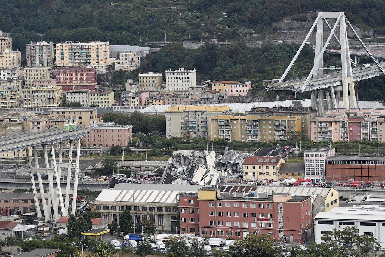 De bewuste brug in Genua, Italië, waarvan een deel vandaag instortte en aan zeker 30 mensen het leven kostte.