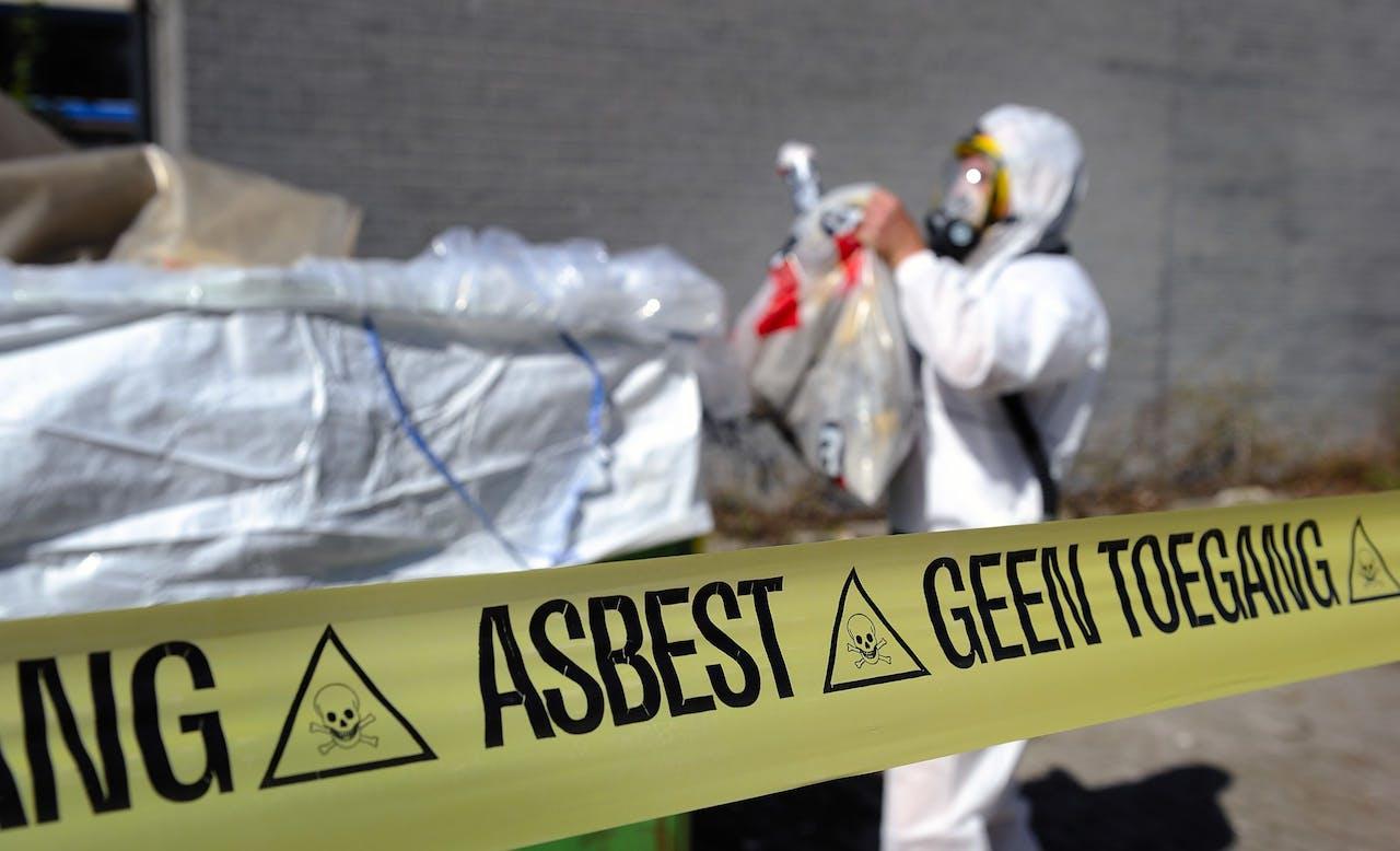 LEIDEN - Asbest verwijdering. (in scene gezet) ANP XTRA LEX VAN LIESHOUT