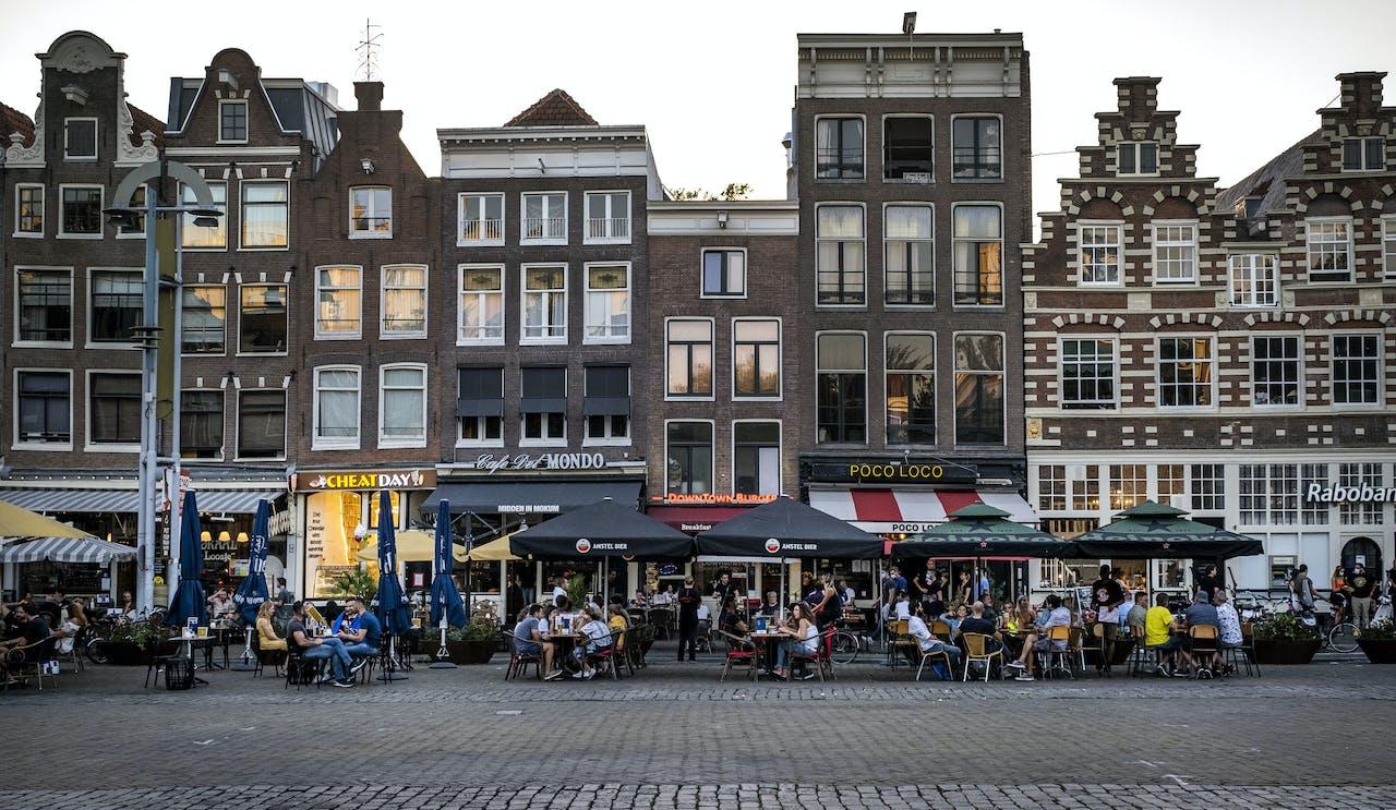 Terrasjes op de Nieuwmarkt in Amsterdam. Amsterdam