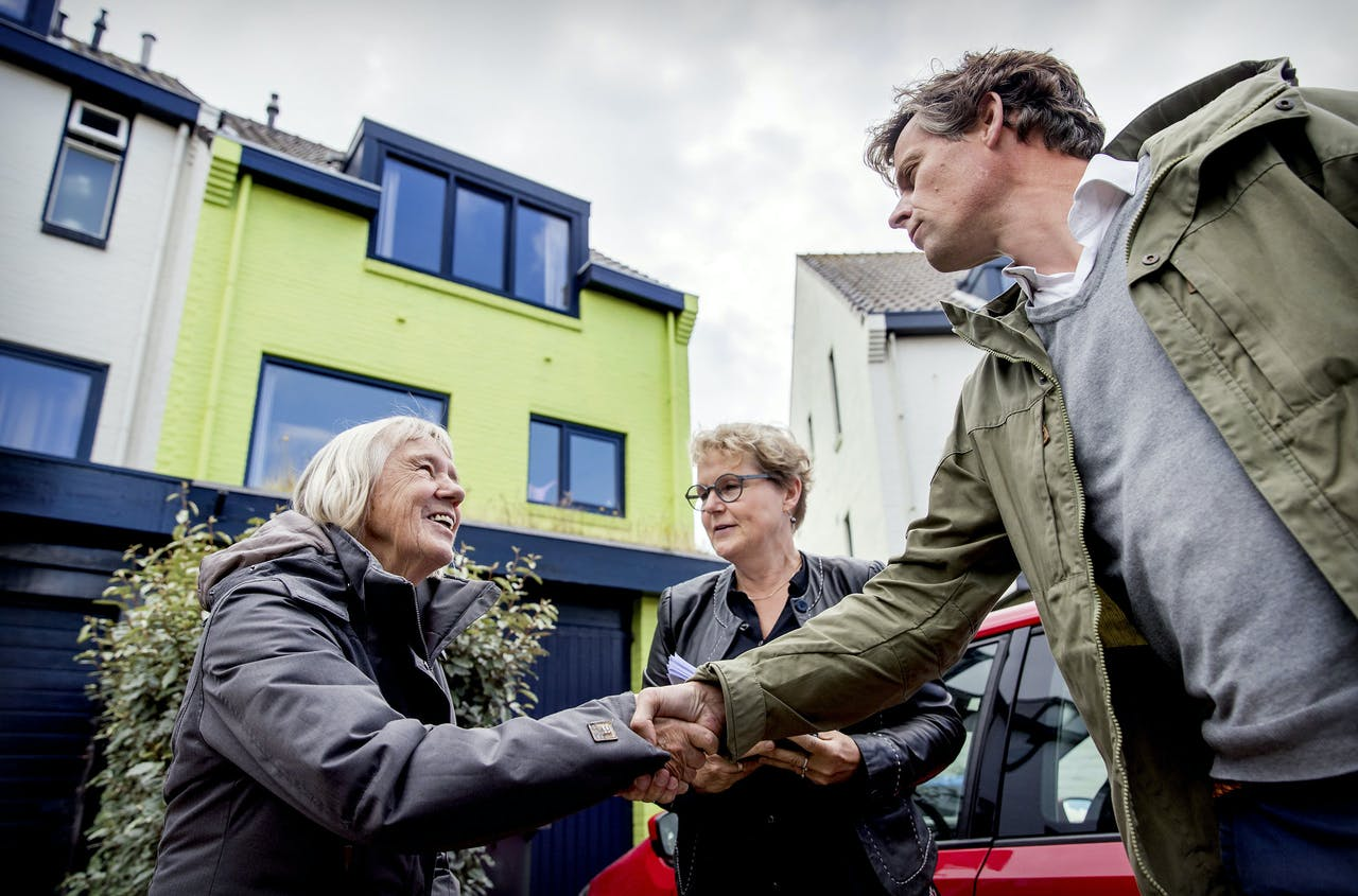 Rechter A.C. Loman (M) neemt samen met eigenaar Ineke van Amersfoort (L) en een griffier een kijkje bij het groene huis aan de Pluto in Den Helder.