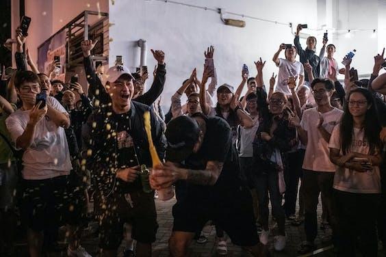 Met een ongekend hoge opkomst van meer dat 70 procent heeft het het volk gesproken: het pro-democratie-kamp heeft regionale verkiezingen in Hong Kong gewonnen.