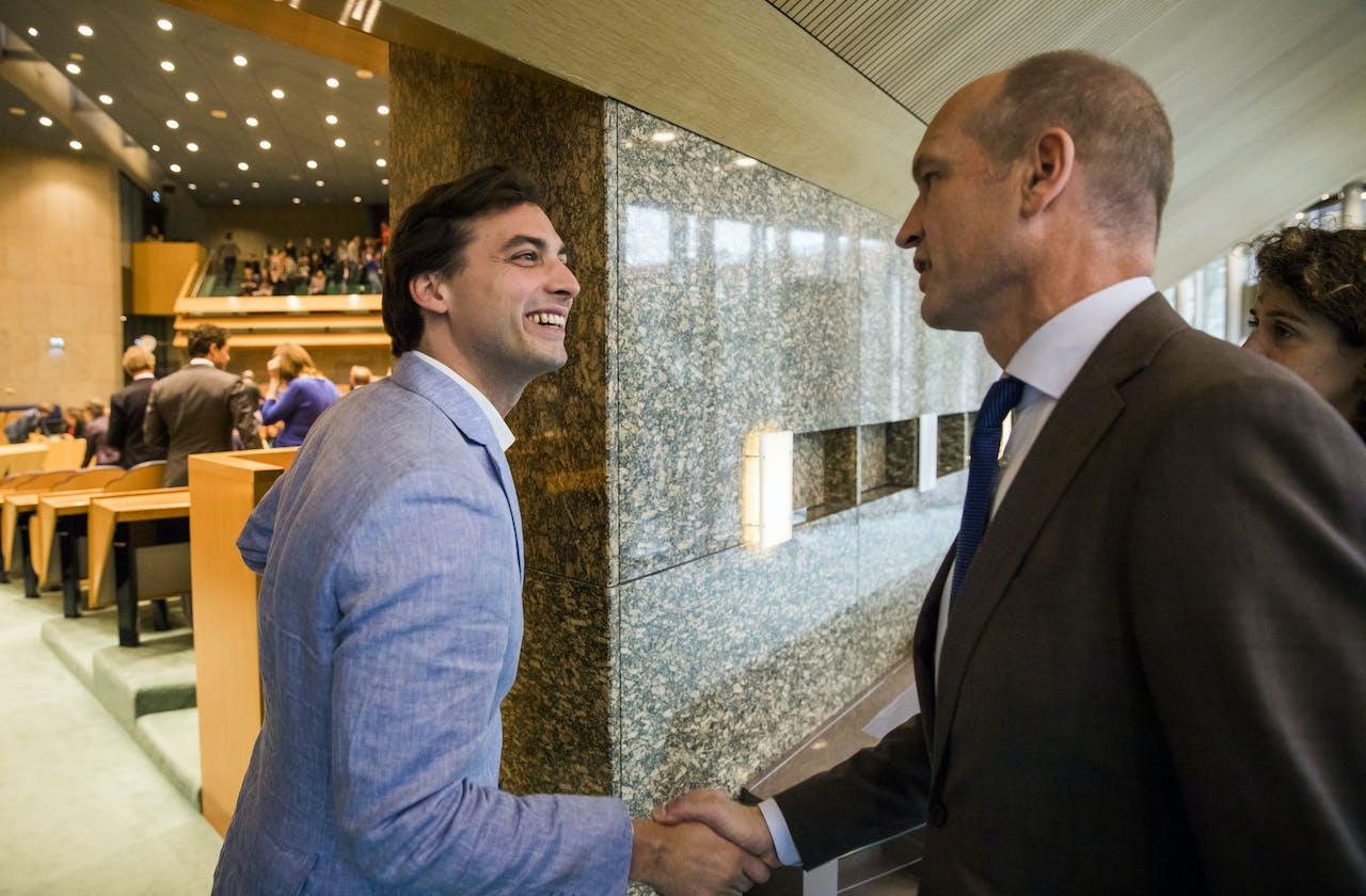 Thierry Baudet, leider van Forum voor Democratie, wordt gefeliciteerd door Gert-Jan Segers (ChristenUnie) in de Tweede Kamer op de dag na Provinciale Statenverkiezingen. FvD is de grote winnaar.