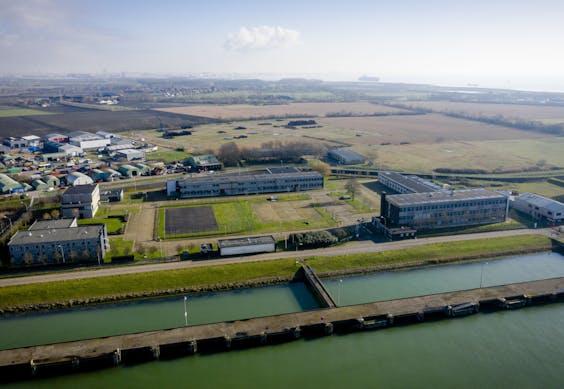 Dronefoto van de voormalige Marinekazerne waar de Marinierskazerne zou moeten komen.