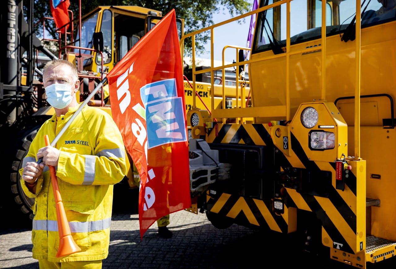 Medewerkers van Tata Steel houden toeterprotest