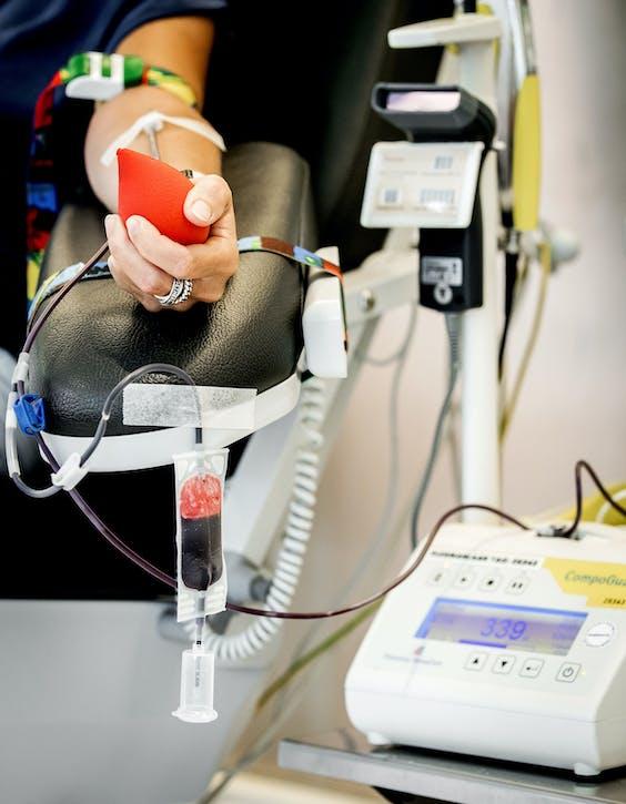 Bloedafname bij bloedbank Sanquin. ANP XTRA KOEN VAN WEEL
