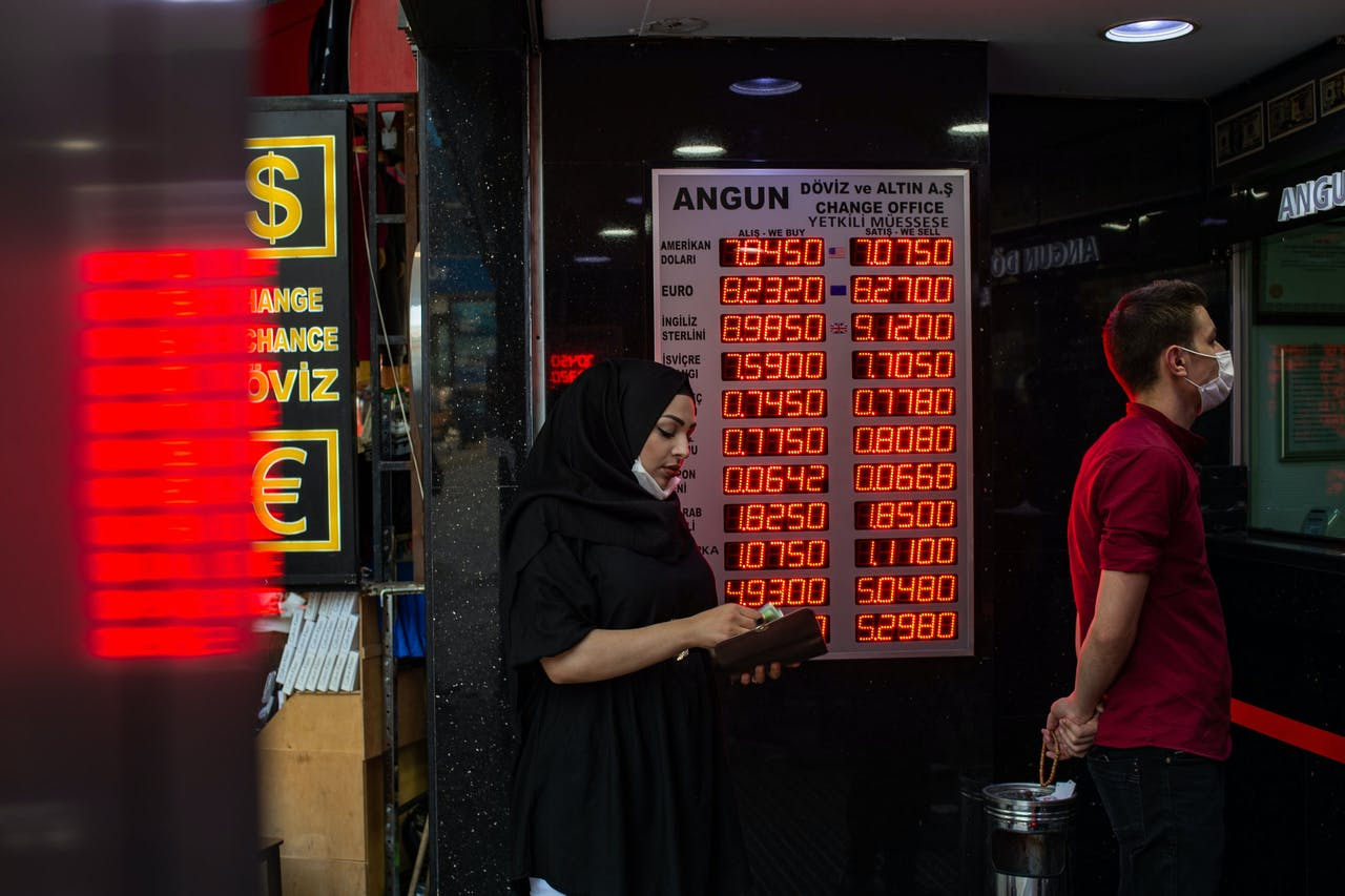 2020-07-29 19:19:45 People wait to change money at an exchange office in Istanbul, on July 29, 2020. According to reports, the Turkish Lira fell to a fresh record low on July 28, against major currencies, recording 7.05 Liras to the US Dollar and 8.20 to the Euro. Yasin AKGUL / AFP