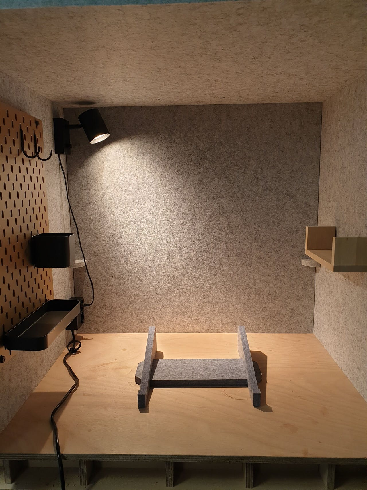 Zo ziet de Deskcube eruit: met een lampje, plankje, stopcontact + usb en een ophangbord.