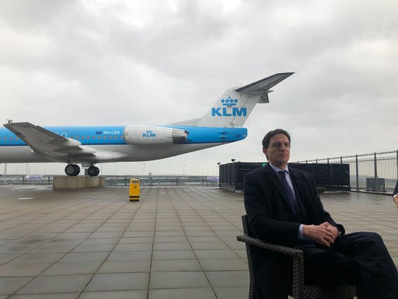 Minister Wopke Hoekstra van Financiën op het Panoramaterras op Schiphol