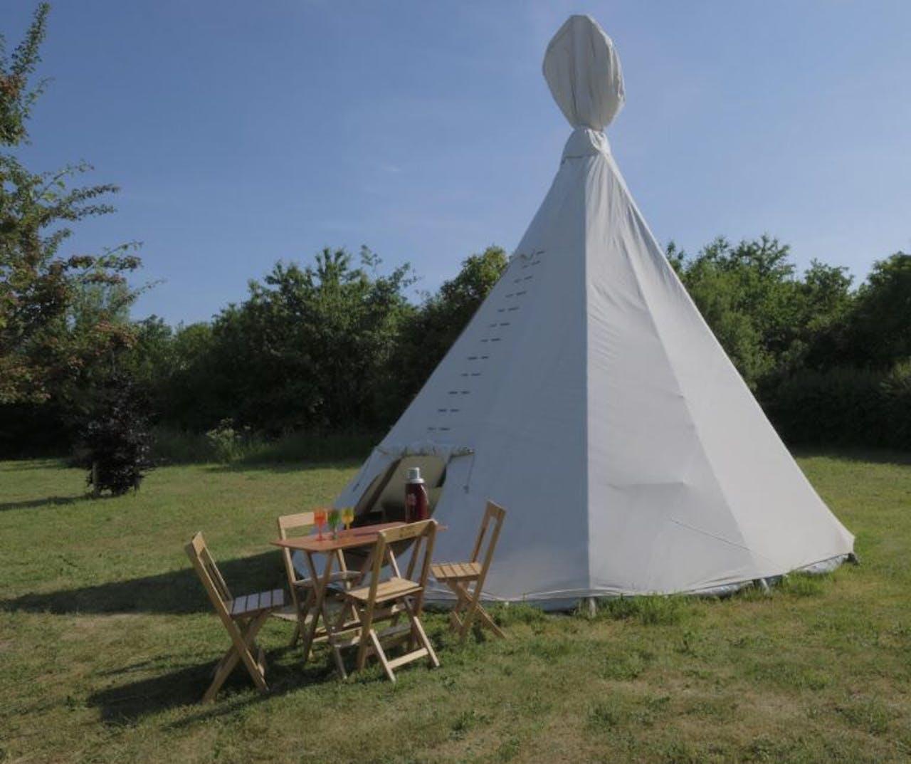 Op camping De Wereld slapen gasten in tipi's of yurts.