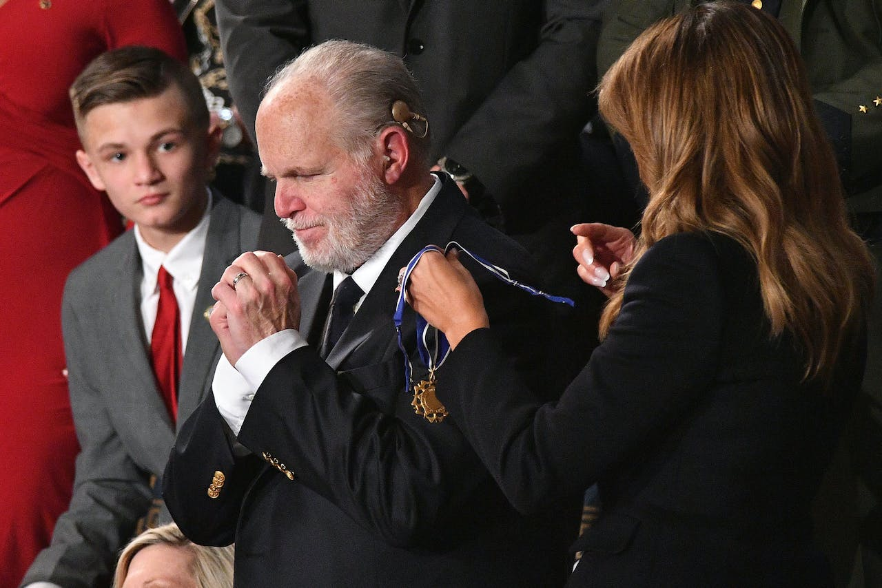 Rush Limbaugh krijgt the Medal of Freedom van first lady Melania Trump.