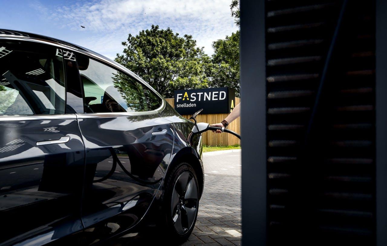 Een elektrische auto bij een snellaadstation