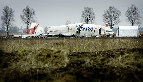 SCHIPHOL - De verongelukte Boeing 737-800 van Turkish Airlines bij de Polderbaan op Schiphol.