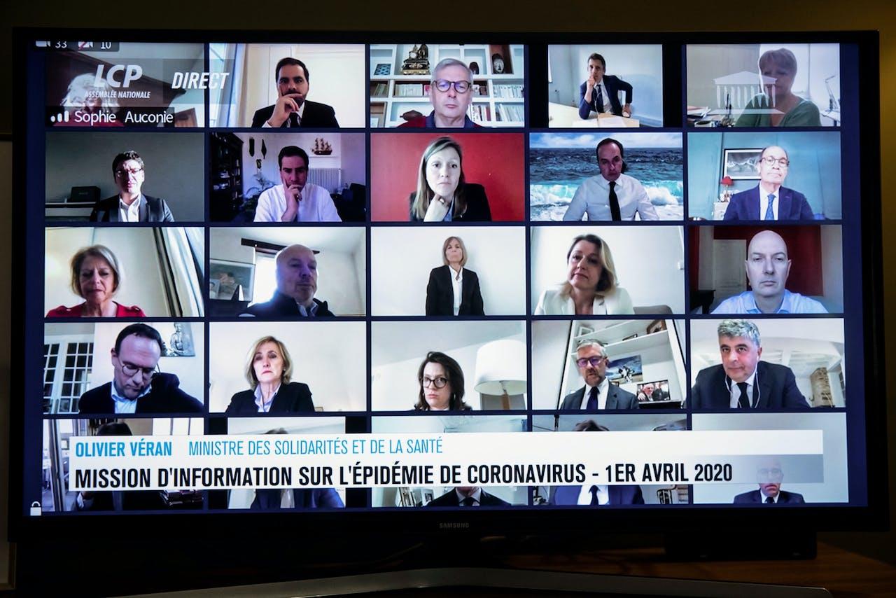 Franse parlementsleden tijdens een videovergadering
