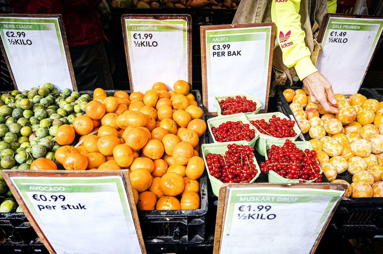 Amsterdam - Groenten en fruit op de Albert Cuypmarkt.