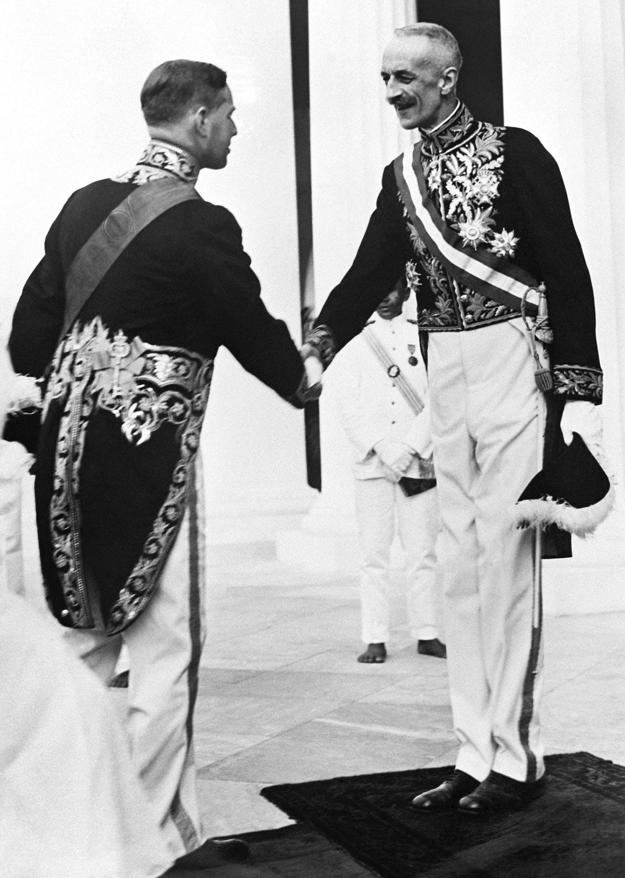 NLD-360925-BATAVIA: Gouverneurjhr. Bonifacius Cornelis de Jonge (r) begroet zijn opvolger gouverneur jhr. A.W.L. Tjarda van Starkenborgh Stachouwer bij het Paleis aan het Koningsplein. Vandaag vindt de bestuursoverdracht van Nederlands Indie plaats. ANPFOTO/REPRO