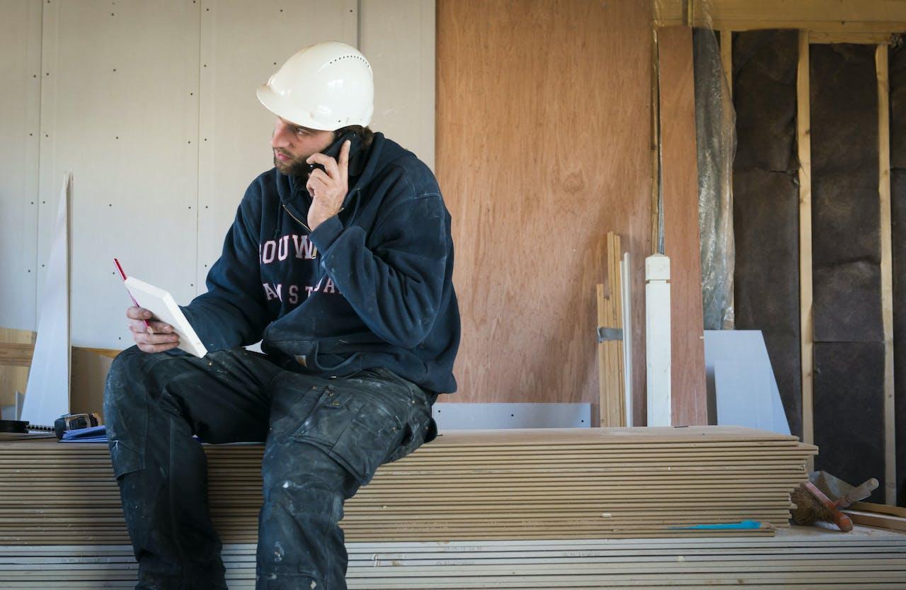AMSTERDAM ILLUSTRATIE - Een bouwvakker plant zijn agenda. ANP XTRA ROOS KOOLE