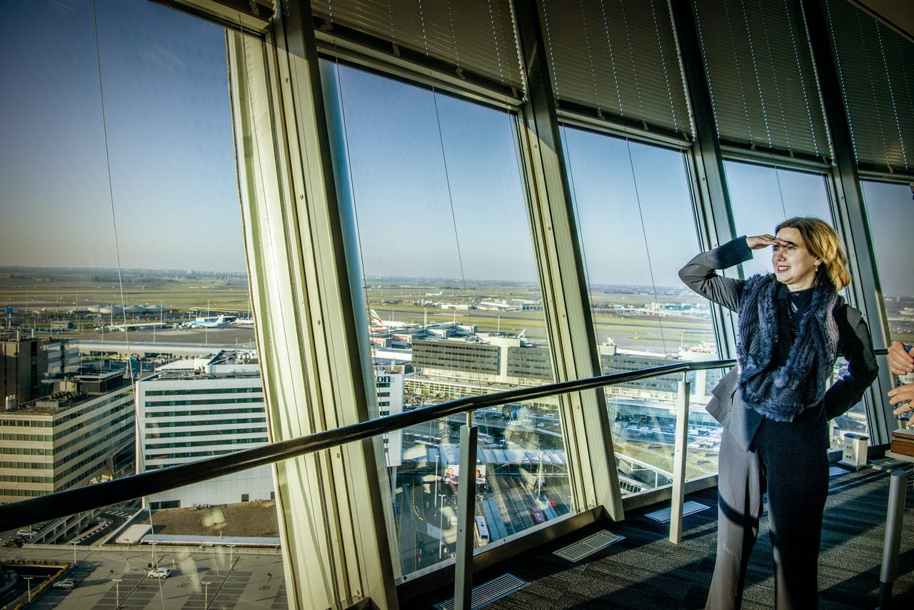 Minister Cora van Nieuwenhuizen van Infrastructuur en Waterstaat bezoekt de verkeerstoren van Schiphol.