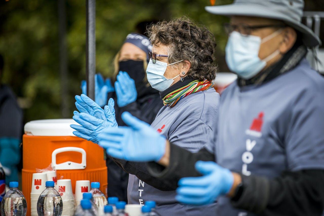 Mensen van de bevoorrading met handschoenen en mondkapjes