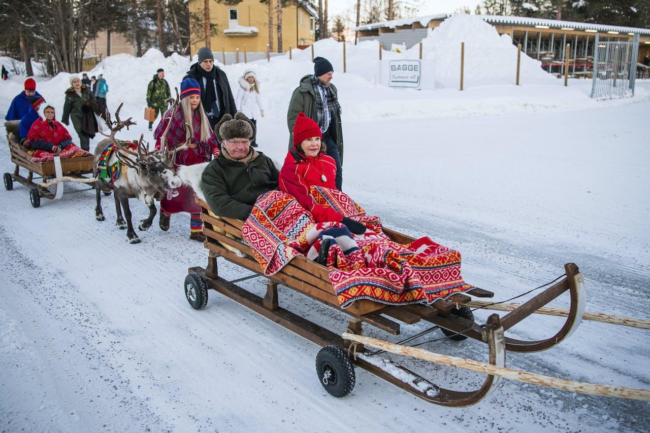 Koning Carl Gustaf en Koningin Silvia van Zweden nemen de rendierslee in Jokkmokk, op de nationale feestdag van de Sami - 6 februari. Jonathan NACKSTRAND / AFP