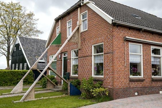 Beschadigde woning in de stutten in de buurt van Loppersum