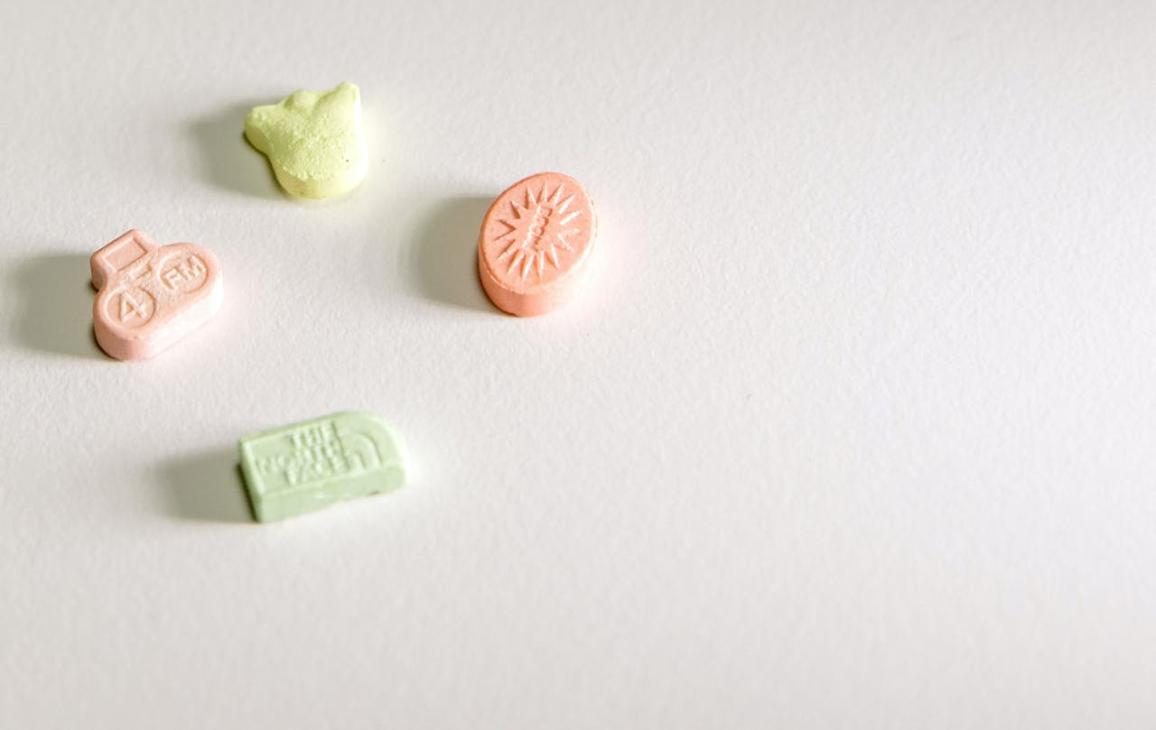 Enkele voorbeelden van XTC-pillen.