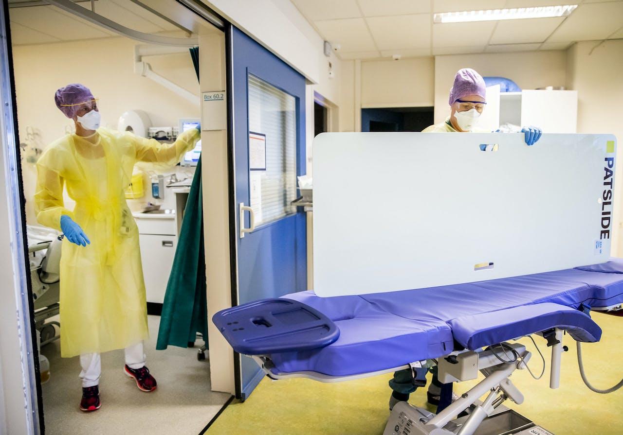 DEN HAAG - Zorgmedewerksters op de intensive care (IC) van het HMC Westeinde ziekenhuis. Het ziekenhuis breidde het aantal bedden op de IC-afdeling aan het begin van de coronacrisis uit.