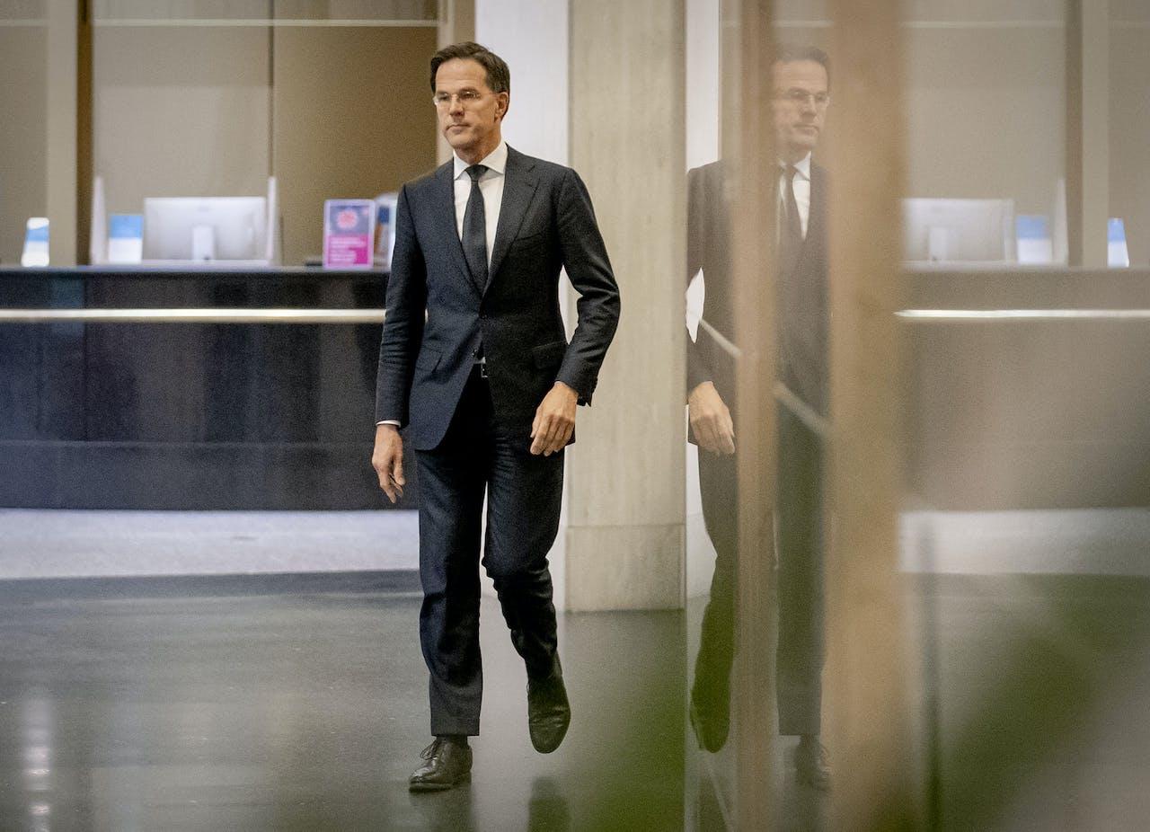 2020-04-02 17:00:11 DEN HAAG - Premier Mark Rutte staat de pers te woord bij het ministerie van Veiligheid en Justitie na afloop van een overleg van de Ministeriële Commissie Crisisbeheersing (MCCb) over het coronavirus.