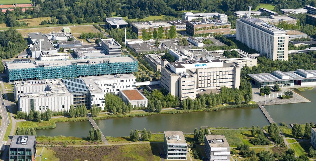 Luchtfoto van de campus van Philips in Eindhoven, de TU Eindhoven speelt een grote rol in de groei van de industrie in Noord-Brabant.
