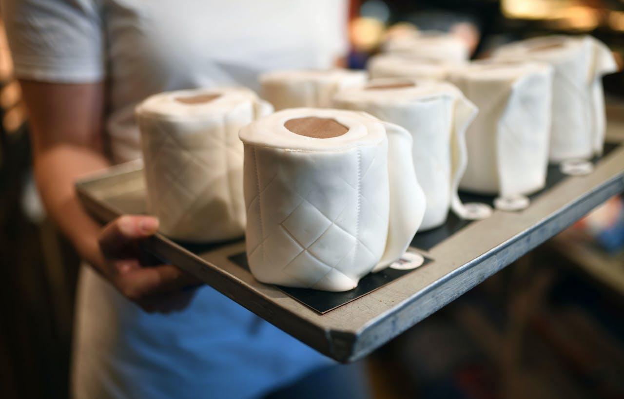 Een optimistisch plaatje uit een Duitse bakkerij in Dortmund, waar cakes in de vorm van rollen toiletpapier de oven in gaan. Het zijn inmiddels bestsellers van de bakkerij.
