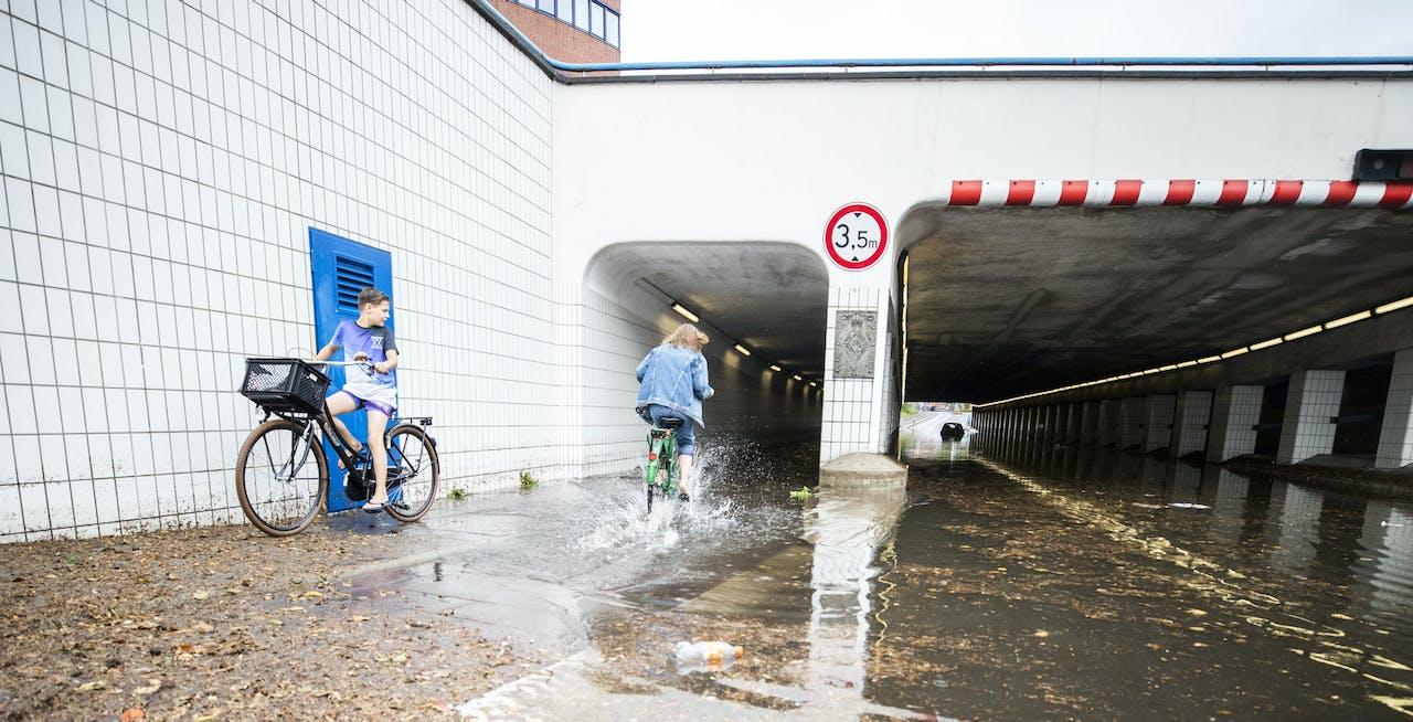 Wateroverlast na hevige regen in Hilversum.