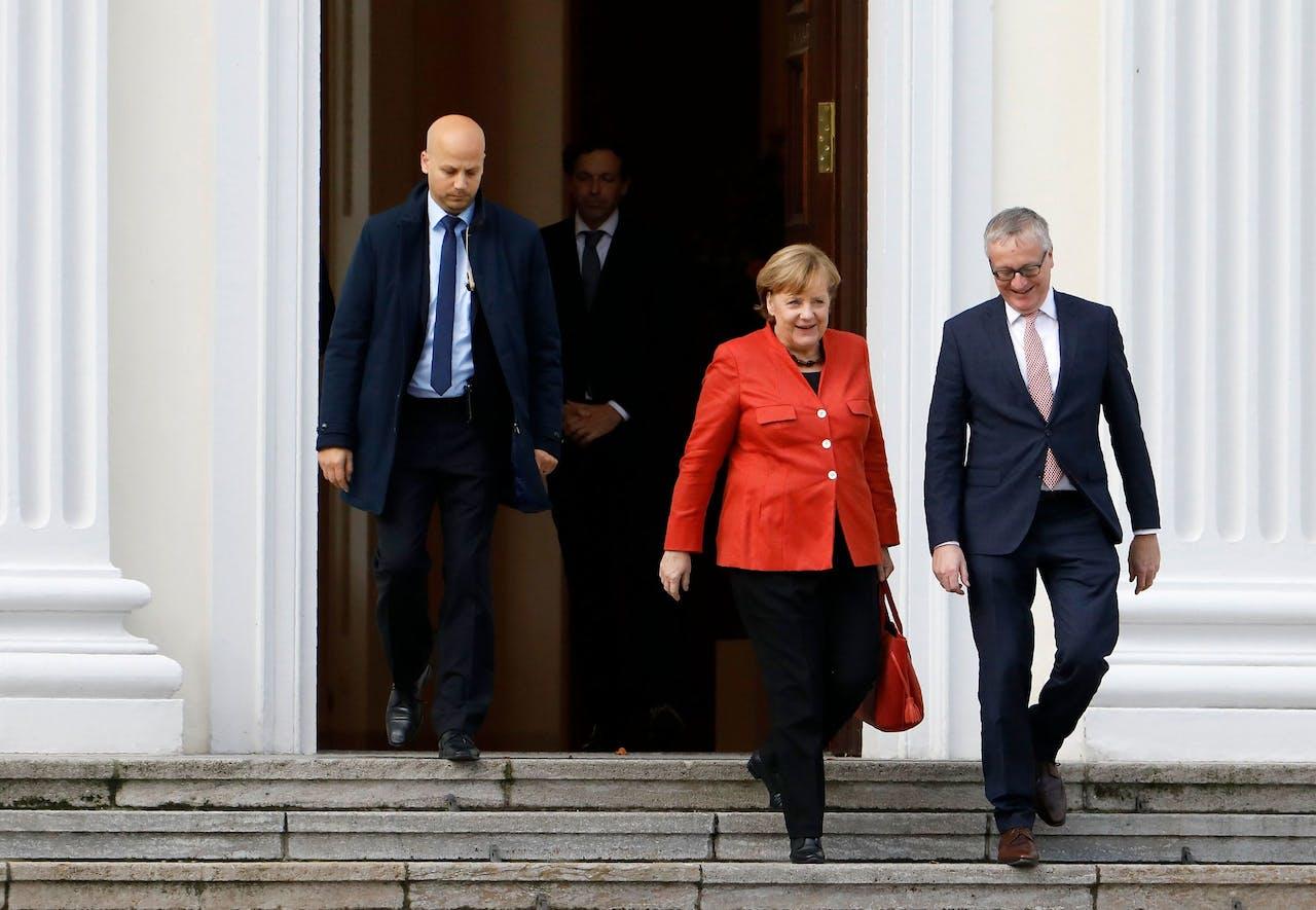 Angela Merkel verlaat het presidentieel paleis na een gesprek met de bondspresident.