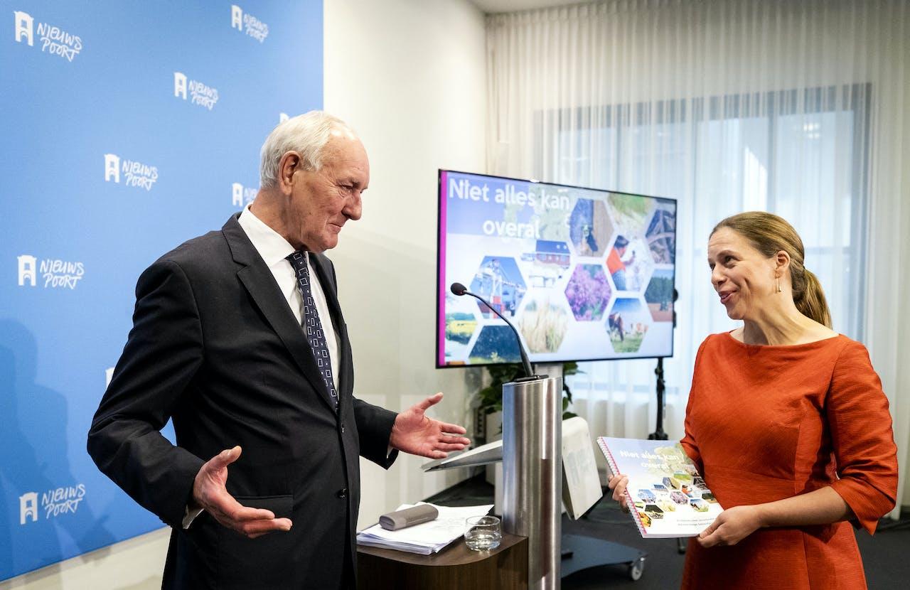 Minister Carola Schouten (Landbouw, Natuur en Voedselkwaliteit) in gesprek met voorzitter Johan Remkes (L) na afloop van de presentatie van het eindrapport van het Adviescollege Stikstofproblematiek.