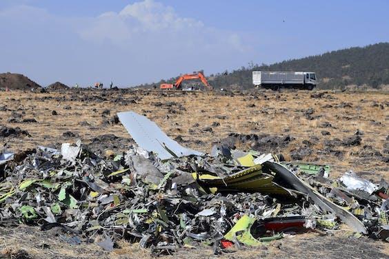 Brokstukken van het gecrashte toestel van Ethiopia Airlines, een Boeing 737 MAX. Alle 149 passagiers en de 8 crewleden kwamen bij het ongeluk om het leven.